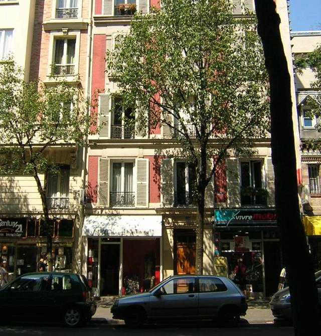 C'est là qu'on habitait, la porte brune, rue Ordener.