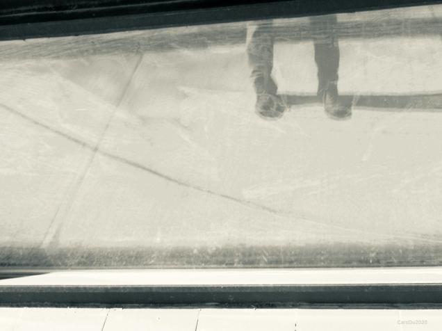 Pieds et lignes et vitres empoussiérées